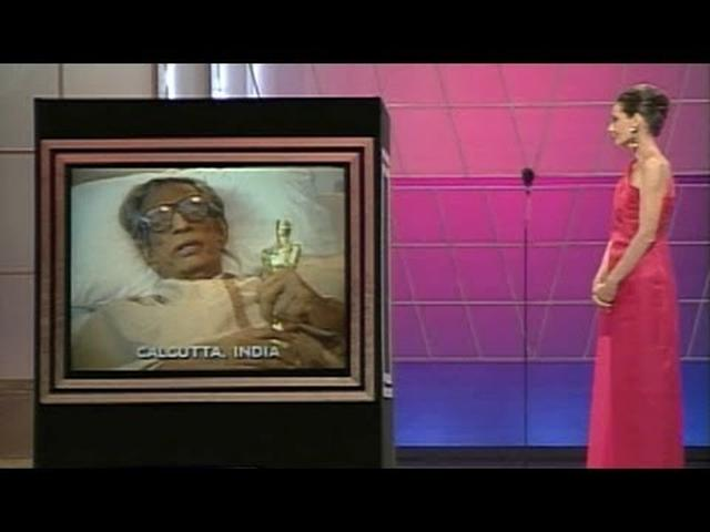画像: Satyajit Ray's Honorary Award: 1992 Oscars youtu.be