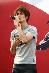 画像: 中国のイベントで歌う小松拓也