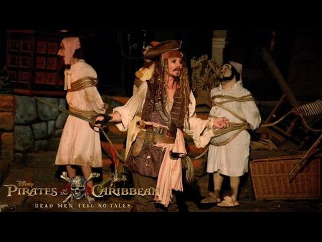 画像: Johnny Depp Surprises Fans as Captain Jack Sparrow at Disneyland! youtu.b