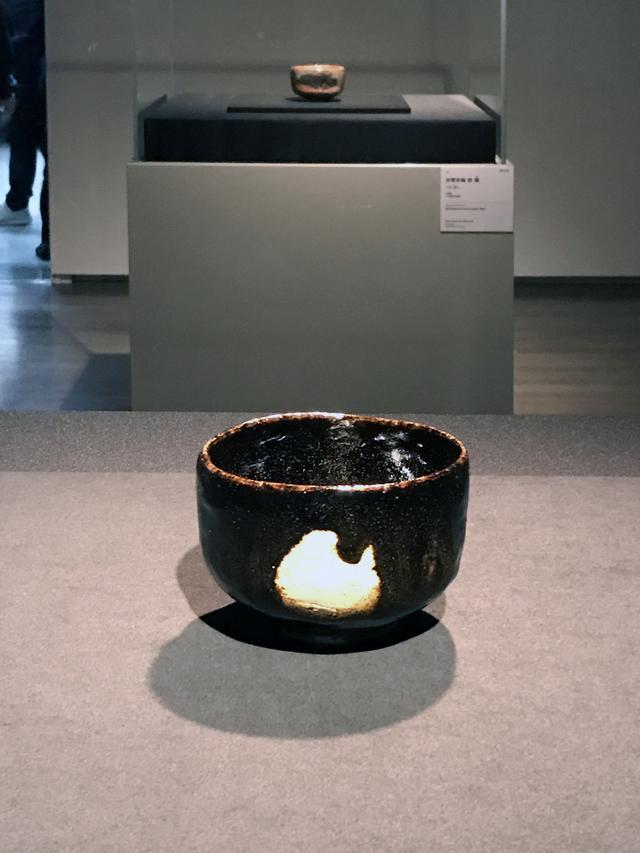 画像: 手前:三代 道入 黒樂茶碗 銘 青山 樂美術館蔵 photo©cinefil