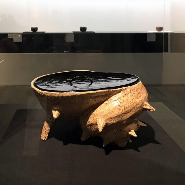 画像: 十四代 覚入 真砂釉栄螺水指 樂美術館蔵  こんな自由な造形もあります。 photo©cinefil