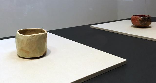 画像: 左:九代 了入 白樂筒茶碗 樂美術館  右:九代 了入 赤樂茶碗 古稀七十之内 樂美術館 photo©cinefil