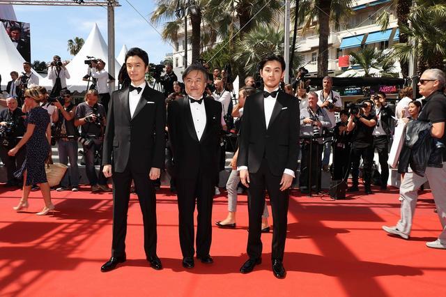 画像: 左より長谷川博己、黒沢清監督、松田龍平 ©️Kazuko Wakayama