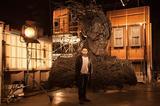 画像: バヨナ監督と怪物のアニマトロニクス