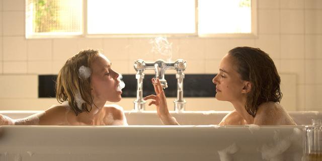 """画像: 野心家の姉ローラと純粋な妹ケイトは、 人々の心を虜にする心霊術師。 彼女たちは、本当に""""見えている""""のか?それとも・・・?"""