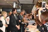 画像: ファンに囲まれるキアヌ・リーブスとチャド・スタエルスキ監督