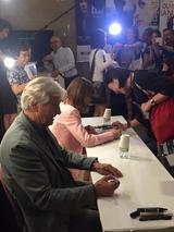 画像: ファンへサイン!(手前)ポール・ヴァーホーヴェン監督とイザベル・ユペール