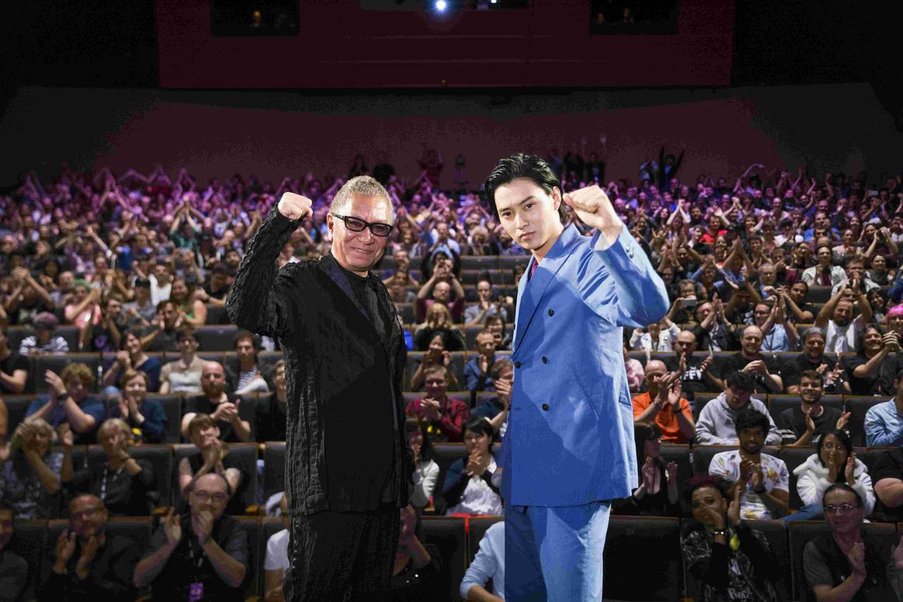 画像: 左より三池崇史監督、山﨑賢人