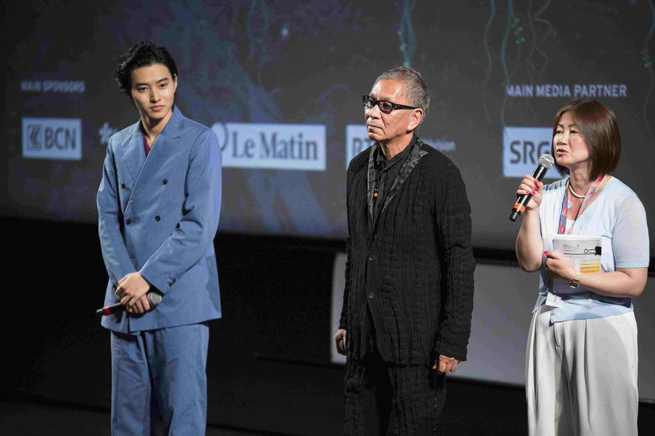 画像: 左より山﨑賢人、三池崇史監督