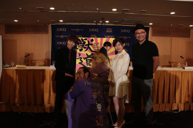画像: 左より須賀健太、かがんでいるアダム・トレル、伊藤沙莉、内田英治監督