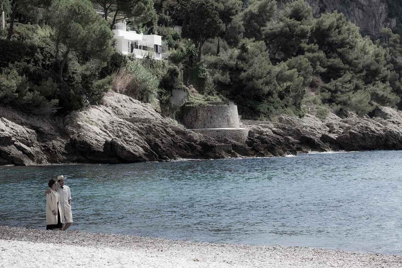 画像: バックに佇む白い建築物は、アイリーンが手がけた別荘ながら も長い間コルビュジエの作とされてきた、 幻の邸宅<E.1027> © 2014 EG Film Productions / Saga Film © Julian Lennon 2014. All rights reserved.
