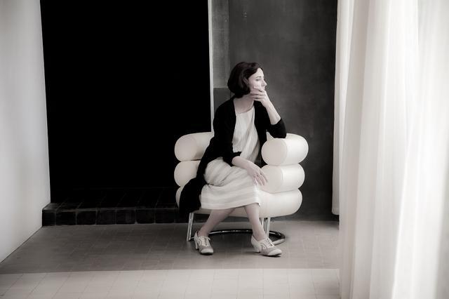 画像: アイリーンが座るのは、インテリア・デザイナーとしても著名 なアイリーンが手がけた 代表的なチェア<ビベンダム>。 © 2014 EG Film Productions / Saga Film © Julian Lennon 2014. All rights reserved.