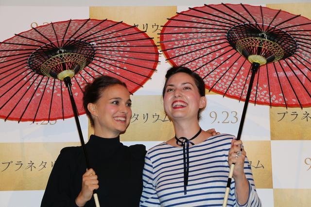 画像2: 左よりナタリー・ポートマン、レベッカ・ズロトヴスキ監督