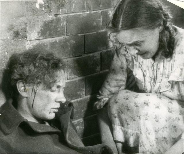 画像: ドイツ兵と知ったロシア人職人に袋だたきにあうドイツ兵捕虜。助けるマーニカ。