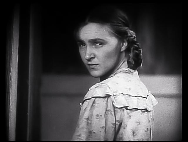 画像: ドイツへ去ることになる間借り人の老人を振り返る下宿屋の娘マーニカ(エレーナ・クジミア、24歳)