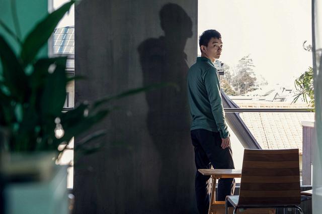 画像: 不安気な様子で外をぼんやり見つめていた辰雄(染谷将太) (C)2017「散歩する侵略者」スピンオフ プロジェクト パートナーズ 1