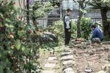 画像: 『枝葉のこと』の1シーン、二ノ宮監督の本当の実家の庭で監督の父親と話す(写真・Pardolive.ch)