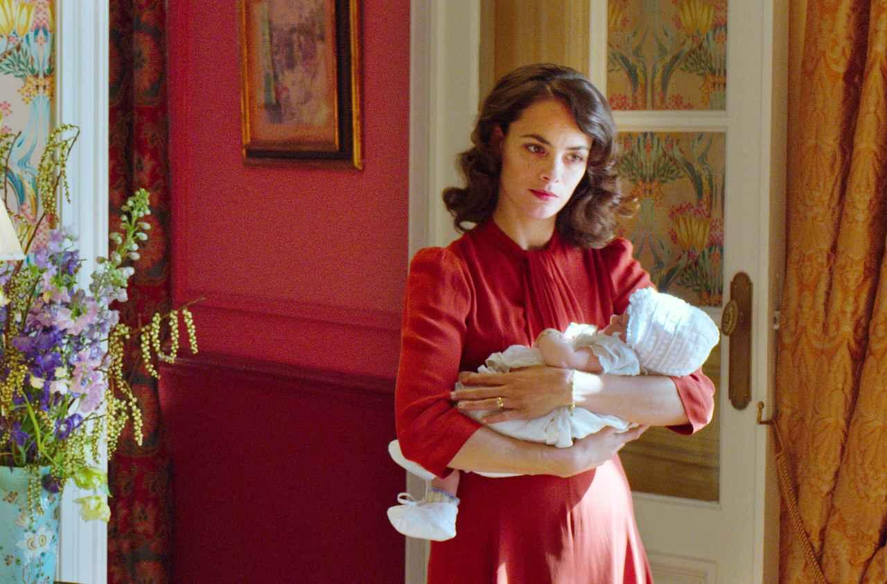 画像: c Nord-Ouest ベレニス・ベジョ(ガブリエル) 1976年、アルゼンチン、ブエノスアイレス生まれ。3歳でフランスに移住する。『囚われの女』(00)などに出演した後、ヒース・レジャー共演の『ROCK YOU! [ロック・ユー!]』(01)で、ハリウッドに進出する。その後、私生活でもパートナーであるミシェル・アザナヴィシウス監督の『アーティスト』(11)でチャーミングなヒロイン役を演じて絶賛され、セザール賞に輝き、アカデミー賞®、ゴールデン・グローブ賞、英国アカデミー賞にノミネートされる。 その他の出演作は、『ブラウン夫人のひめごと』(02)、アザナヴィシウス監督の『OSS 117 私を愛したカフェオーレ』(06・未)と『あの日の声を探して』(14)、『プレデターズ エヴォリューション』(10・未)、『タイピスト!』(12)、カンヌ国際映画祭女優賞を受賞し、セザール賞にノミネートされた『ある過去の行方』(13)、『ラスト・ダイヤモンド 華麗なる罠』(14・未)、『シークレット・オブ・モンスター』(15)、『甘き人生』(16)など。 最新作は、アザナヴィシウス監督の『Le redoutable』(17)。