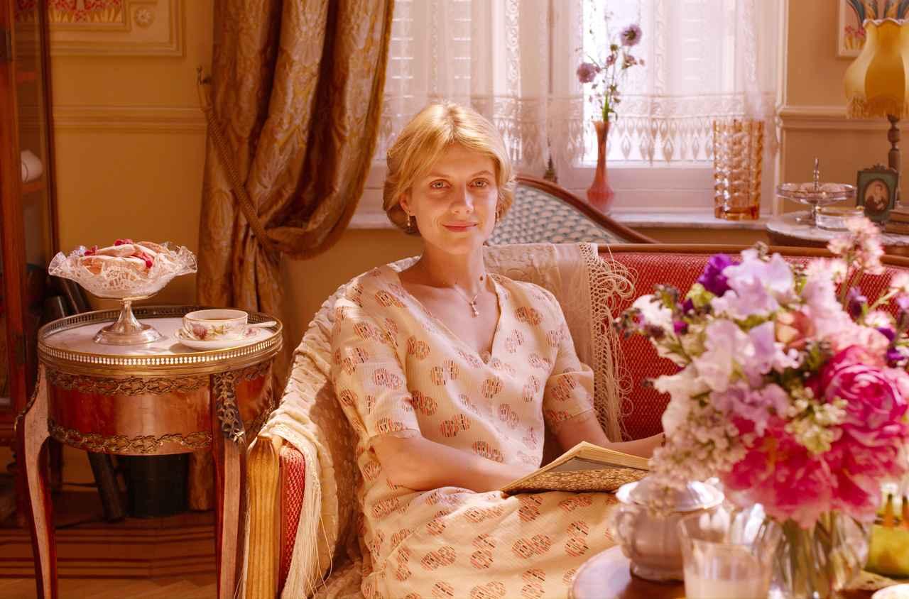 画像: c Nord-Ouest メラニー・ロラン(マチルド) 1983年、フランス、パリ生まれ。主役を務めた『マイ・ファミリー/遠い絆』(06・未)の演技が高く評価され、セザール賞有望若手女優賞を受賞する。2009年には、クエンティン・タランティーノ監督の『イングロリアス・バスターズ』でアメリカに進出し、世界的に注目される。監督としても活躍し、ドキュメンタリー映画『TOMORROW パーマネントライフを探して』(15)は、セザール賞ドキュメンタリー賞を獲得する。美貌と知性をあわせ持つ存在として、称賛されている。 その他の主な出演作は、『スノーボーダー』(03)、『あなたを待つ人生』(04)、『真夜中のピアニスト』(05)、『オーケストラ!』(09)、『黄色い星の子供たち』(10)、ユアン・マクレガー共演の『人生はビギナーズ』(10)、『突然、みんなが恋しくて』(11・未)、『ラスト・アサシン』(11・未)、『グランド・イリュージョン』(13)、ジェイク・ギレンホール共演の『複製された男』(13)、ビレ・アウグスト監督の『リスボンに誘われて』(13)、『ミモザの島に消えた母』(15)、アンジェリーナ・ジョリー監督の『白い帽子の女』(15)など。