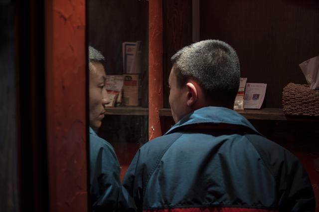 画像: 『枝葉のこと』の1シーン、洗面所でフットため息をつき鏡を見る(写真・Pardolive.ch)