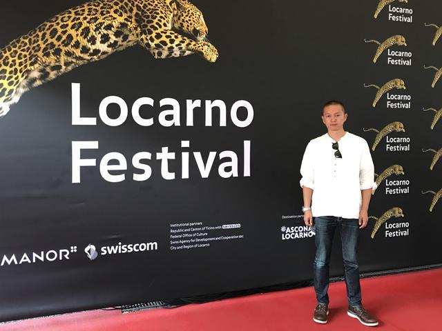 画像: ロカルノ国際映画祭のシンボル、豹の模様の前で(近浦監督提供)