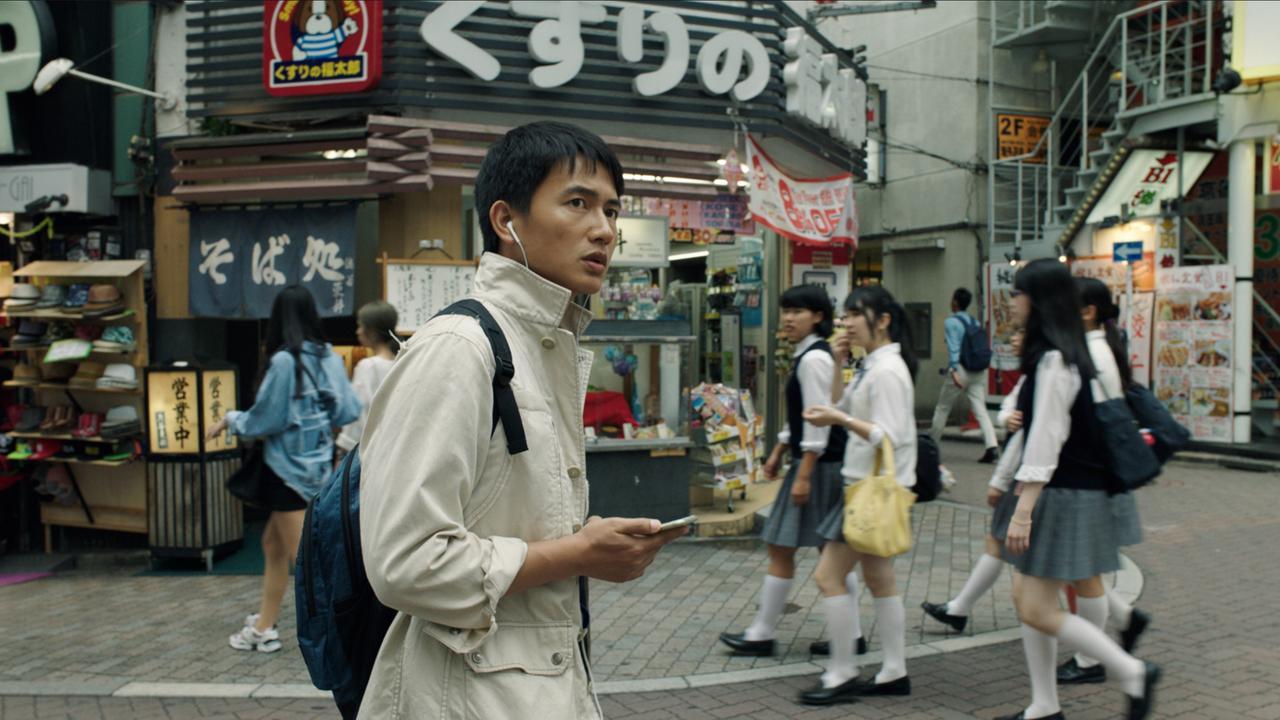 画像: 『SIGNATURE』 渋谷の街を、日本語を暗唱しながら歩く主人公。彼の顔から溢れ出る緊張感は、映画全体を覆う(近浦監督提供)