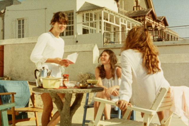 画像: 伯母の別荘での3人。左からコリーン、ジョエル、キャロリーヌ。ヴァカンスの始まり。