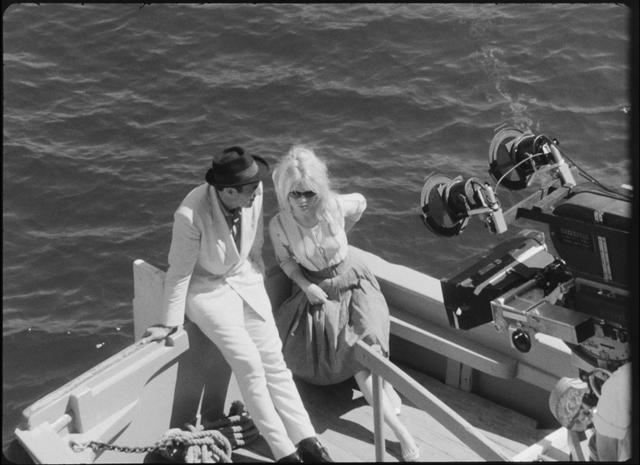 画像: バルドーとミシェル・ピコリ。カプリ島での撮影。