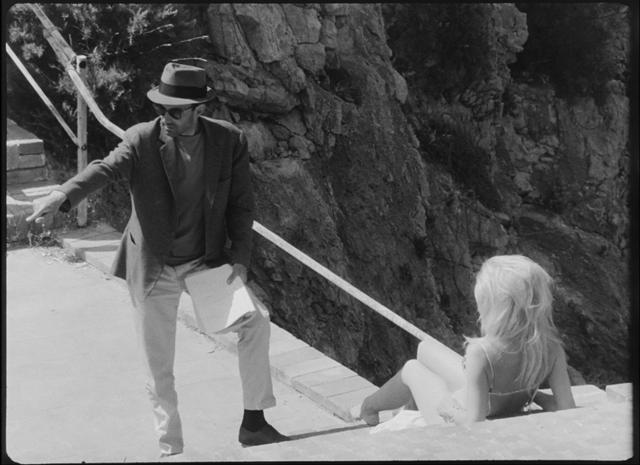 画像: 『軽蔑』でブリジット・バルドーに演技指導をするジャン=リュック・ゴダール。