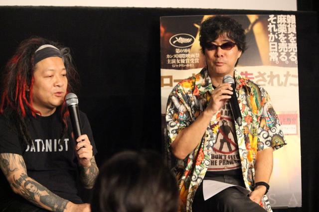 画像1: 左より 高橋ヨシキさん(デザイナー、映画ライター) 柳下毅一郎さん(映画評論家)