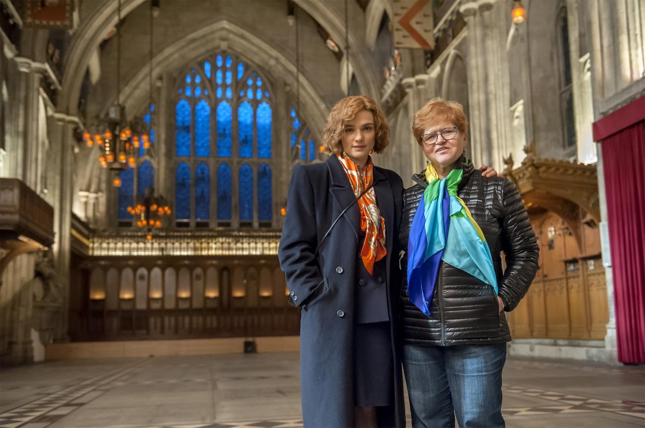 画像: (左より)レイチェル・ワイズと作者となる歴史学者デボラ・E・リップシュタット