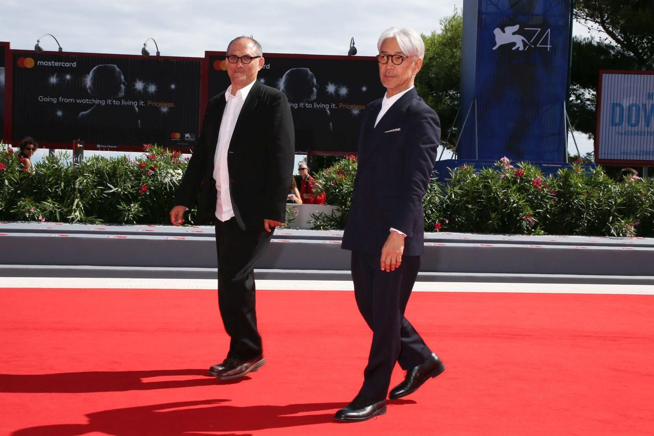画像: レッドカーペットを歩くスティーブン・ノムラ・シブル監督と坂本龍一(左より)
