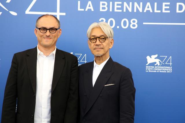 画像: (左より)スティーブン・ノムラ・シブル監督と坂本龍一