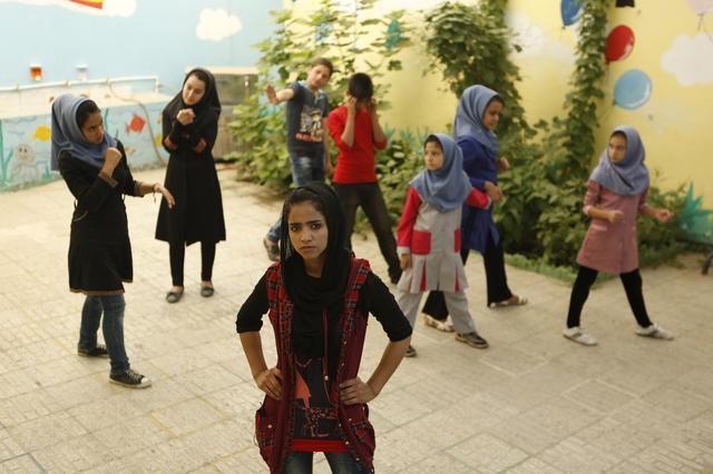 画像: 映画『ソニータ』オフィシャルサイト |  わたしの値段は9,000ドル。家族のために結婚を強いられるアフガン難民ソニータは歌うことで自らの運命を変えていく――