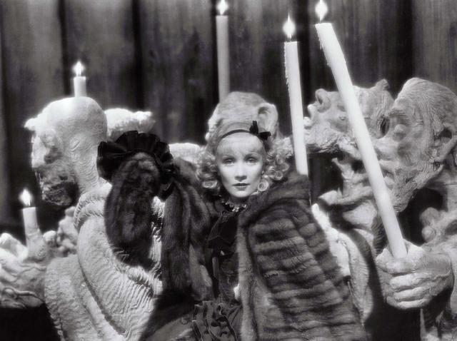 画像: 奇怪な人型彫像が至るところに配置され、手に持つ蝋燭が室内を照らしている。