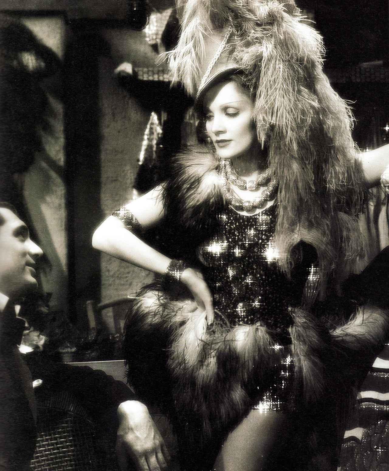 画像: 結婚後、ナイトクラブに戻り、ゴリラの着ぐるみを脱ぐ演出で金持ちのケーリー・グラントを魅了する。