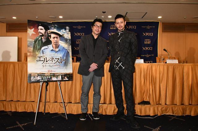 画像1: 左より阪本順治監督とオダギリジョー