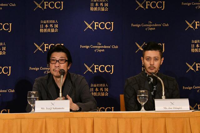 画像2: 左より阪本順治監督とオダギリジョー