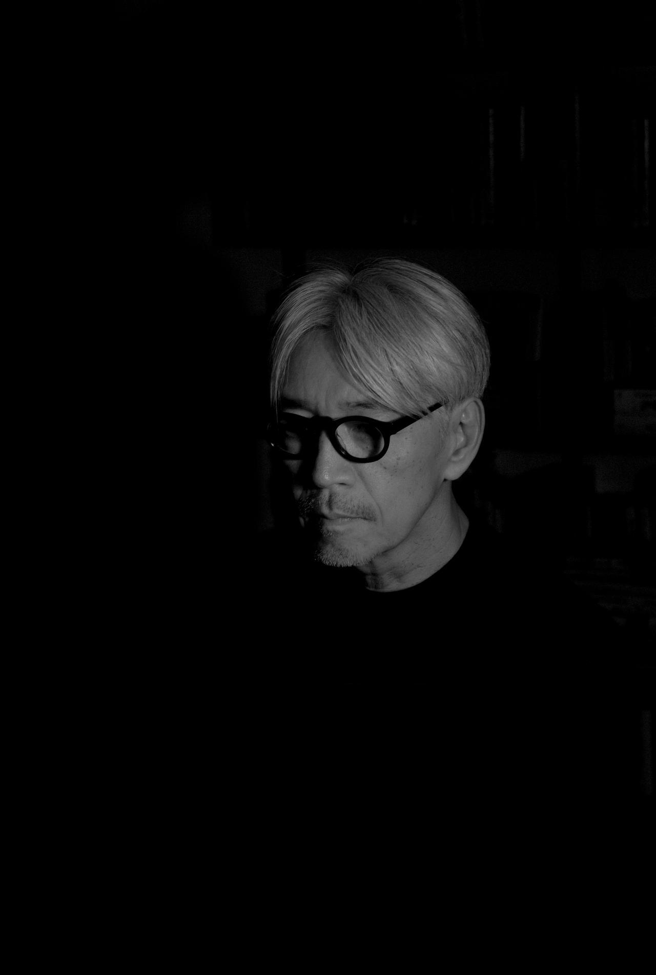 画像: <坂本龍一(さかもとりゅういち)プロフィール> 1952 年東京生まれ。1978 年「千のナイフ」でソロデビュー。同年「YMO」を結成。散開後も多方面で活躍。『戦場のメリークリスマス』で英国アカデミー賞 を、『ラ ストエンペラー』の音楽ではアカデミーオリジナル音楽作曲賞、グラ ミー賞他を受賞。常に革新的なサウンドを追求する姿勢は世界的評価を得ている。環境や平和 問題への言及も多く、森林保全団体「more trees」の創設、「stop rokkasho」、「NO NUKES」などの活動で脱原発を表明、音楽を通じた東北地方太平洋 沖地震被災者支援活動も行っている。2013 年は山口情報芸術センター(YCAM)10 周年事業のアーティスティック・ディレクター、2014 年は札幌国際芸術 祭 2014のゲストディレクターとしてアート界への越境も積極的に行っている。2014年7月、中咽頭癌の罹患を発表したが、1年に渡る治療と療養を経て2015 年、山田洋次監督作品『母と暮せば』とアレハンドロ・G・イニャリトゥ監督作品『レヴェナント:蘇えりし者』の音楽制作で復帰を果たし、2016 年には李相日監督 作品『怒り』の音楽を担当した。2017 年 3 月には 8 年ぶりとなるソロアルバム「async」を発表。