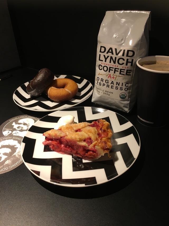 画像: 実際のリンチコーヒーのパッケージとチェリーパイとドーナッツ