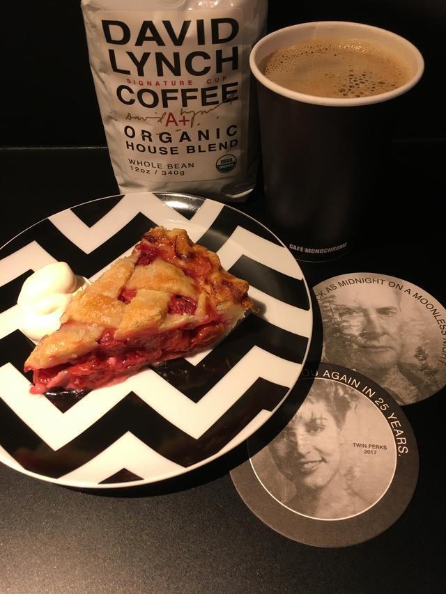 画像1: 「デヴィッド・リンチの映画」特集とタイアップ!リンチが本当にプロデュースしたコーヒーが楽しめる--もちろん、チェリー・パイやドーナツも--