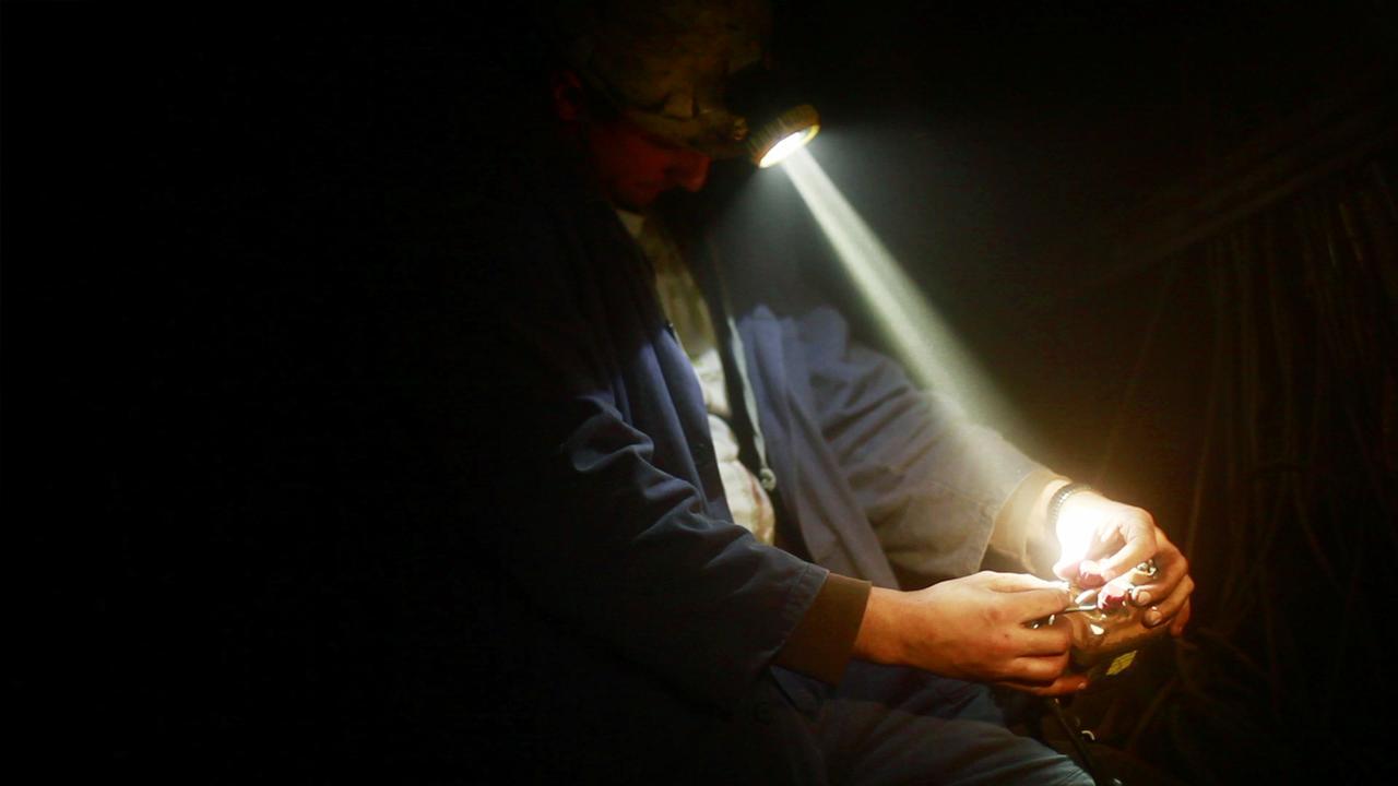 画像: 暗闇に−—− 蠢く人々。反射する光。響く轟音。 誰も知らなかった地下世界に驚愕する 深い闇と鳴り響くノイズ ボスニアの炭鉱、地下300メートルの異空間