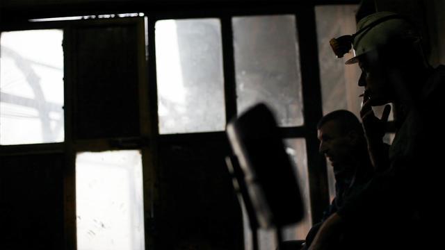 画像: サラエボのfilm.factoryにゲストとして訪れた際にこの映画を観た。 小田香は勇敢にも地中深い坑に降りて男たちを追い、厳しい労働のイメージを私たちに届けた。 私は感銘を受けた。すばらしい映画だ。 ————ジェームス・ベニング(映画作家)