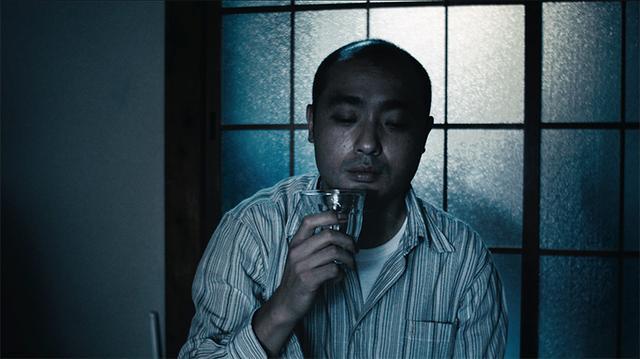 画像: (c) Tasuku EMOTO 宇野祥平 うの・しょうへい 1978 年大阪府生まれ。2000 年デビュー以降、数々 の映画に出演。 近年の出演作に『舟を編む』(13/ 石井裕也監督 )、『ぼっちゃん』(13/ 大森立嗣監督 )、 『わたしのハワイの歩きかた』(14/ 前田弘二監督 )、 『百円の恋』(14/ 武正晴監督)、『深夜食堂』(15/松岡錠司監督 )、『味園ユニバース』( 山下敦弘監督 /15)、『俳優 亀岡拓次』(16/ 横浜聡子監督 )、『セー ラー服と機関銃-卒業-』(16/ 前田弘二監督 )、『セ トウツミ』(16/ 大森立嗣監督 )、『まんが島』(17/ 守屋文雄監督 ) など。 最近ではドラマ『セシルの もくろみ』(17/ フジテレビ ) で主人公の旦那を演 じて話題に。 公開待機作に『嘘八百』( 武正晴監督 )、『菊とギロチン』( 瀬々敬久監督 ) など。
