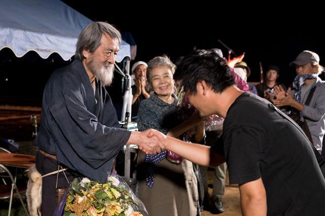 画像: 『モリのいる場所』メイキング写真 山﨑努と沖田監督の握手に笑顔の樹木希林 (c)2017「モリのいる場所」製作委員会