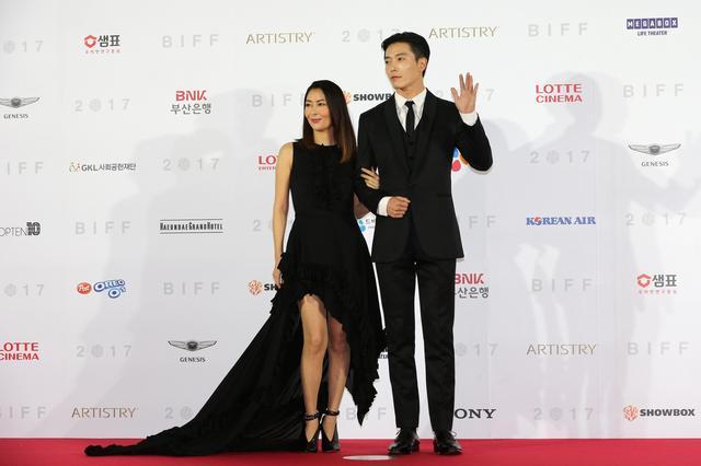 画像: 中山美穂とキム・ジェウクが 釜山国際映画祭オープニングレッドカーペットに登場!