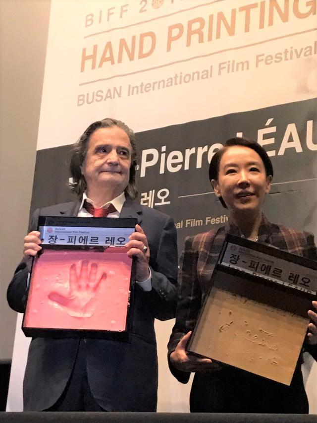 """画像2: 釜山国際映画祭""""名物""""ハンドプリンティング!今年は『ライオンは今夜死ぬ』主演のヌーヴェルヴァーグを代表するジャン=ピエール・レオーが--"""