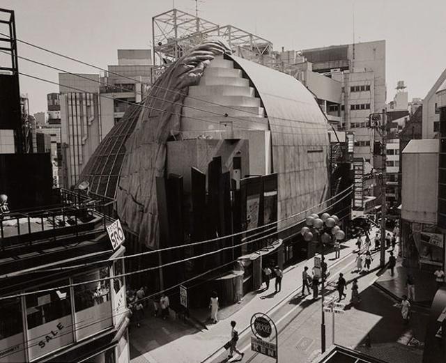 画像: 写真:シネマライズ photo by Nobuyoshi Araki  ©Nobuyoshi Araki シネマライズ 1986年開館、座席数220席のミニシアターとして渋谷PARCO前にてスタート。建築家・北川原温氏による印象的な外観のRISEビルは渋谷のランドマーク的存在に。 ミニシアターブームのなか、独立系映画館として、作家性、アート性、娯楽性、そしてファッション性に着目し、エイズやLGBTなど社会的テーマも積極的に取り上げるなど独自路線を貫き、多くの若者、クリエイターなどの支持を得た。現在世界的な成功を収め活躍する監督のデビュー作を上映する等、その先見性と審美眼は高く評価されている。 上映された作品の多くは今も色褪せることの無い名作揃いで、興行実績、話題性、作品のクオリティー、どれをとっても日本の映画館のトップランナーといえる。2016年閉館。