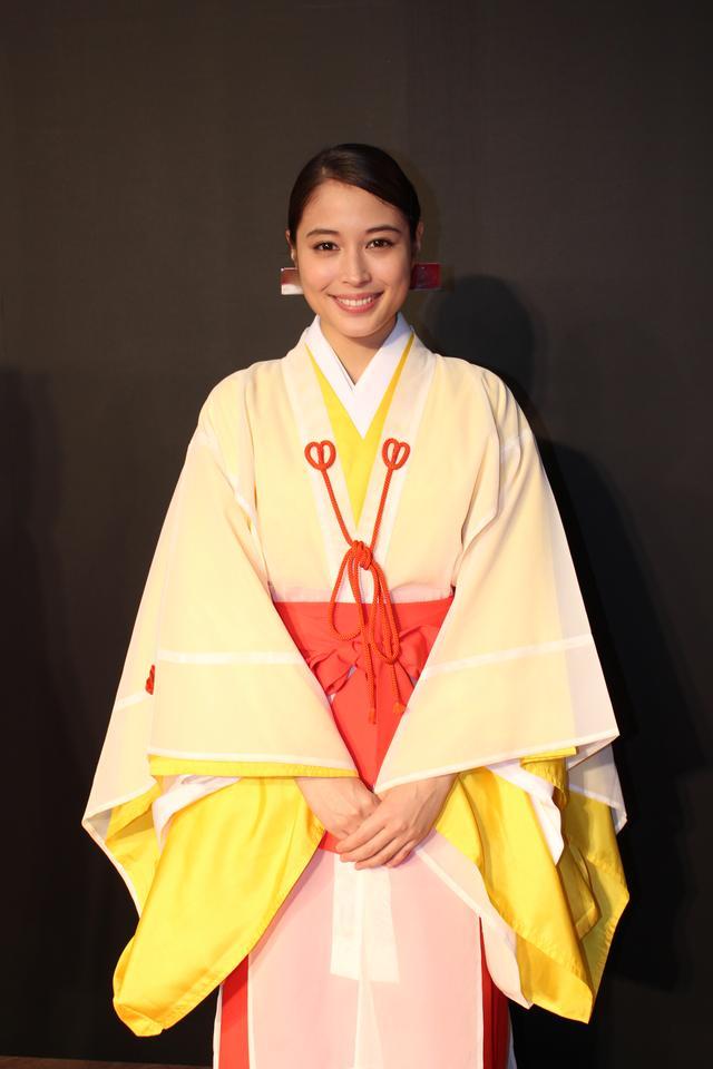 画像1: 東京国際映画祭-広瀬アリスは10名の巫女を率いてレッドカーペットに登場!神社エンタテイメントムービー『巫女っちゃけん。』予告も公開!