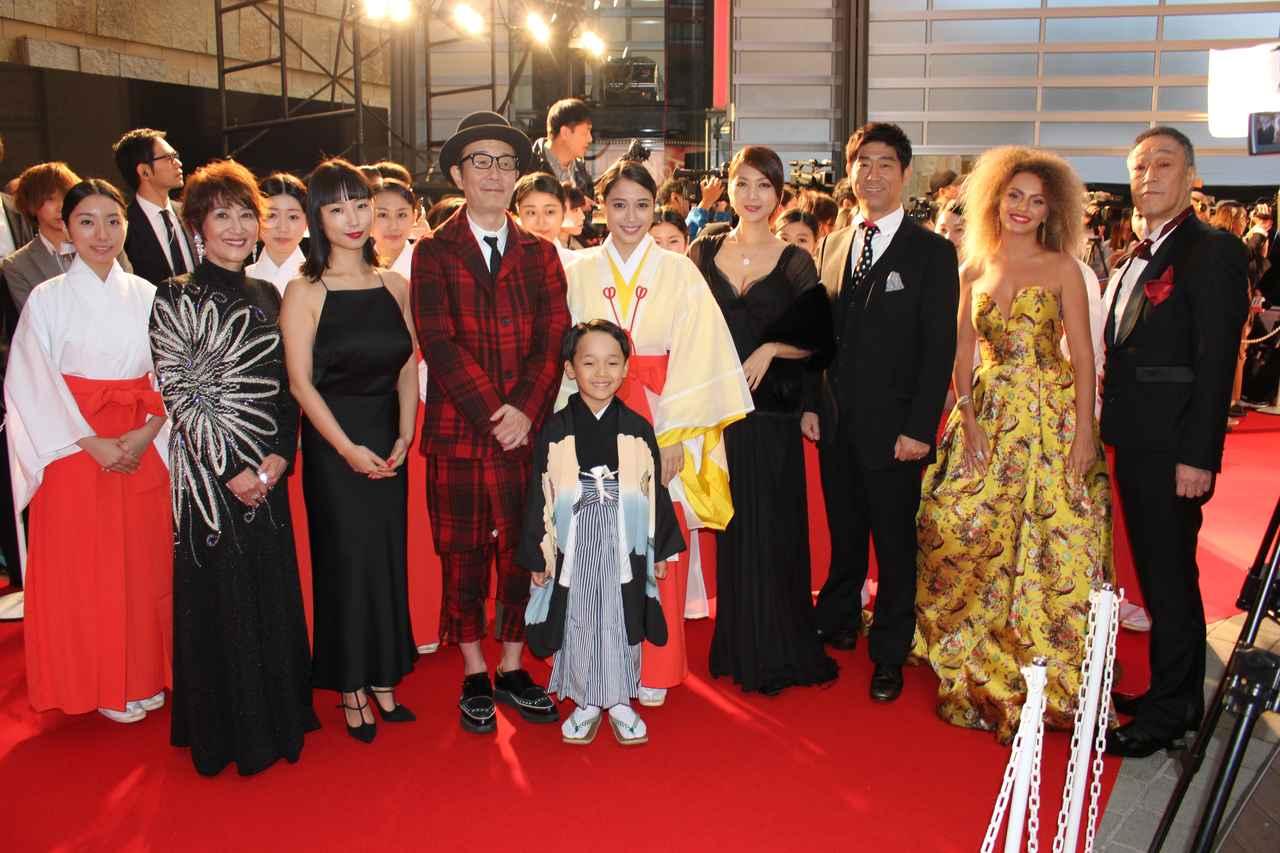 画像2: 東京国際映画祭-広瀬アリスは10名の巫女を率いてレッドカーペットに登場!神社エンタテイメントムービー『巫女っちゃけん。』予告も公開!